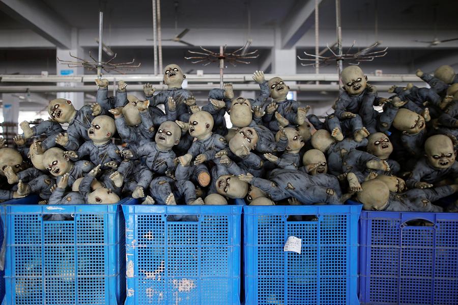 Куклы на Хэллоуин на заводе в Цзиньхуа, провинция Чжэцзян, Китай, 25 мая 2016 года.