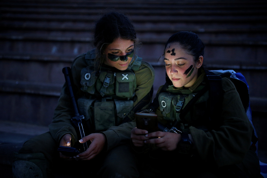 Израильские военнослужащие поисково-спасательной бригады во время тренировки в Бен Шемен, недалеко от города Модиин, 23 мая 2016 года.