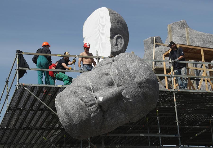 Рабочие демонтируют лицо Советского вождя Иосифа Сталина гигантской скульптуры в парке Летна, 21 мая 2016 года в Праге, Чехия. Скульптура из пенопласта, которая выглядит как гранит, был частью съемочной площадки и стоял на том же месте, где настоящий памятник Сталину стоял на 60 лет назад. Оригинальная скульптура Сталина, 15.5 метров в высоту, была открыта в 1955 году в тогдашней коммунистической Чехословакии.