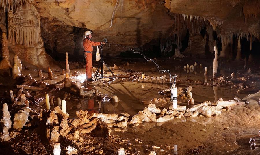 Ученый проводит измерения  в пещере Bruniquel на юго-западе Франции.