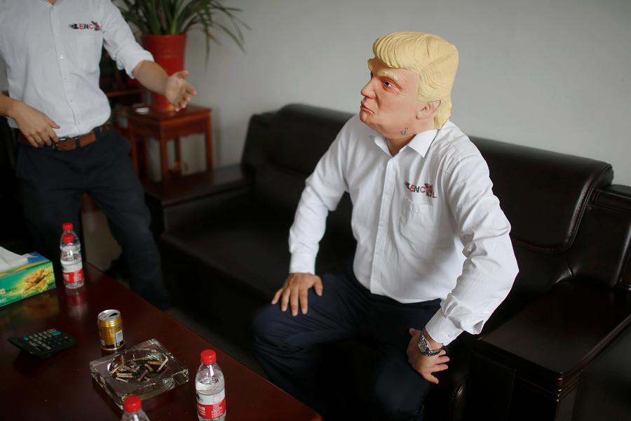 Маска кандидата в президенты Республиканский партии Дональд Трамп в городе Цзиньхуа, провинция Чжэцзян, Китай, 25 мая 2016 года.