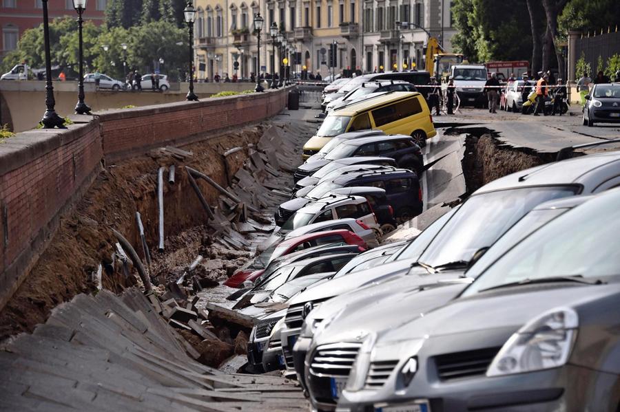 Обрушение асфальта с автомобилями вдоль реки Арно, во Флоренции, Италия, 25 мая 2016 года. По имеющимся данным, обрушение произошло рано утром и был вызван разрывом водопровода. Никто не пострадал.