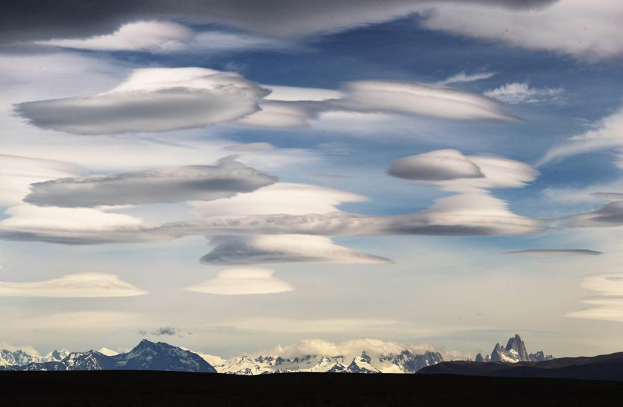 Монте Фитц Рой (справа)  в национальном парке Лос-Гласиарес, часть Южного Патагонского Ледового поля, 2 декабря 2015 в Санта-Крус, Аргентина.