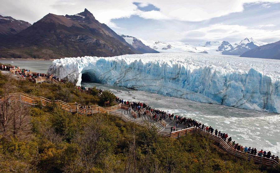 Посетители в леднике Перито-Морено в национальном парке Лос-Гласиарес, на юго-западе провинции Санта-Крус, Аргентина, 9 марта 2016 года. Перито-Морено является одним из 48 ледников, питаемых Южной частью Патагонского ледового поля в горной цепи Анд.