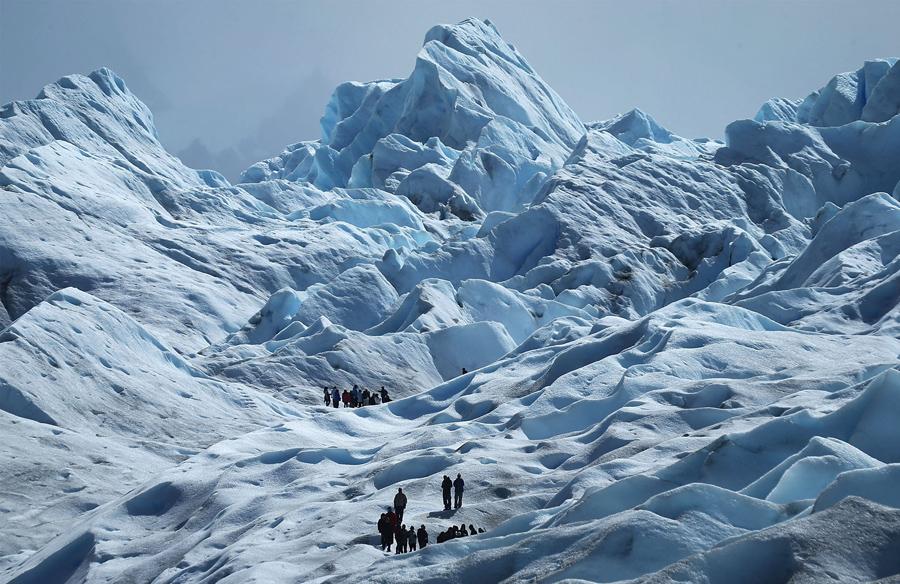 Путешественники восходят на ледник Перито-Морено в национальном парке Лос-Гласиарес, 27 ноября 2015 в Санта-Крус, Аргентина.