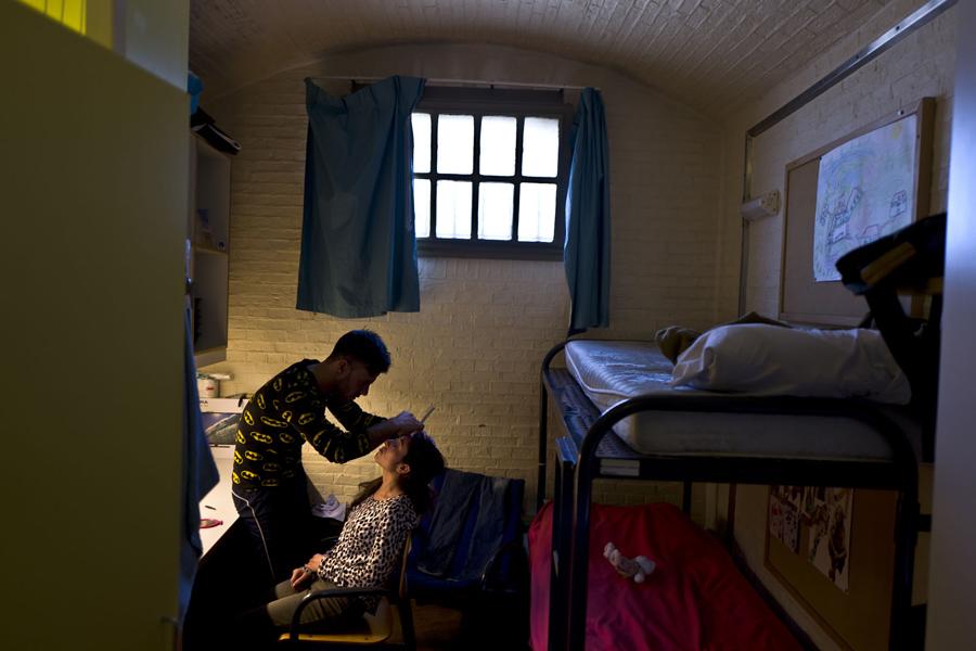Беженец Ясир Хаджи, 24 года, из Ирака, корректирует брови 18 летней жене, в камере бывшей тюрьме De Koepel в Харлеме, 1 мая 2016 года.