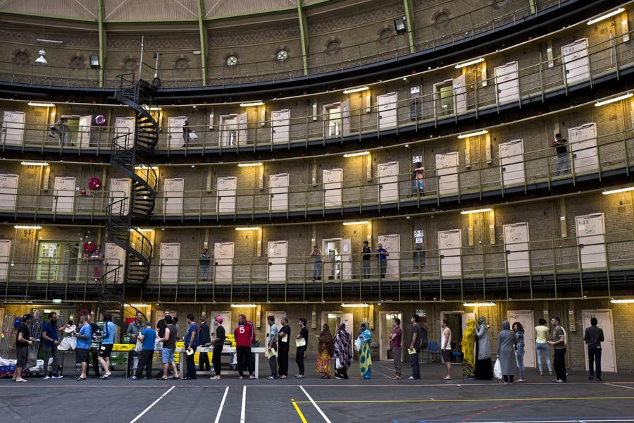 Персонал бывшей тюрьмы помогает около 400 мигрантам.
