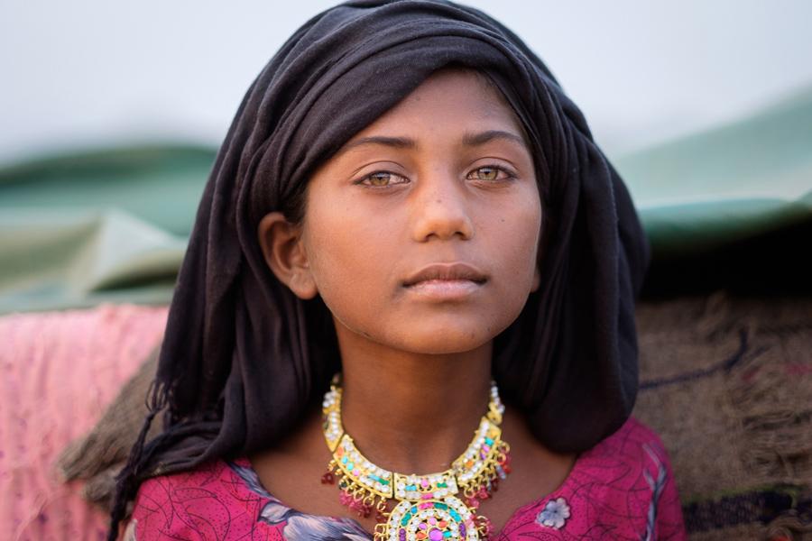 Девушка Раджастана, Индия, позирует для портрета.