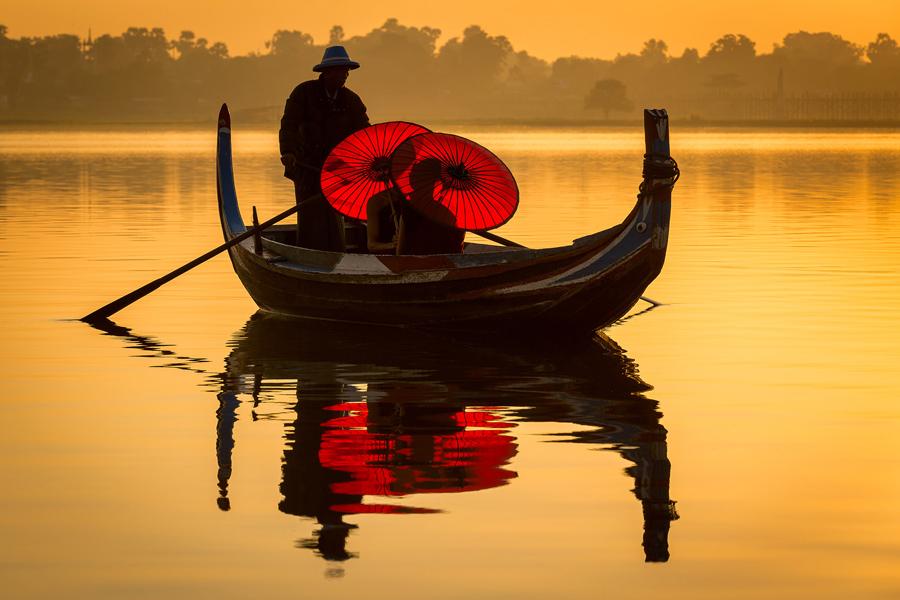 Озеро на рассвете в Мьянме.