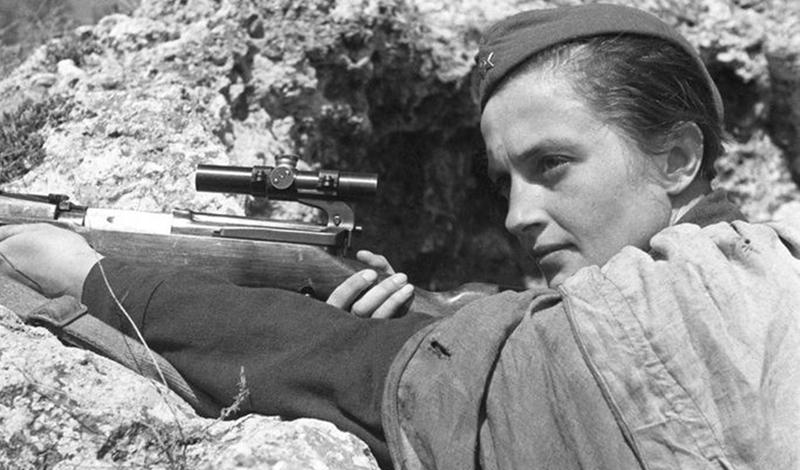 22 июня 1941 года Гитлер разорвал отношения с Иосифом Сталиным и немецкие войска вторглись в священные пределы Советского Союза. Павличенко, как и большинство ее сверстников, бросилась записываться в армию, чтобы защищать родину. Но здесь ее ждала первая неудача: модельная внешность, ухоженные руки, стильная прическа — вербовщик просто рассмеялся и предложил Людмиле идти трудиться медсестрой. Естественно, девушка отказалась, потребовав проверки стрельбой.
