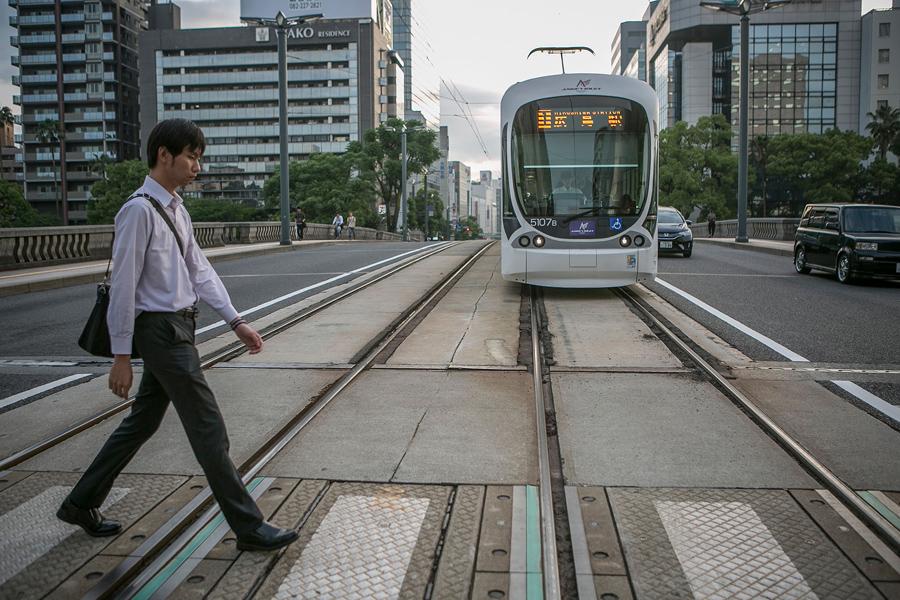 Парень переходит железнодорожные пути в Хиросиме, 26 мая 2016 года.