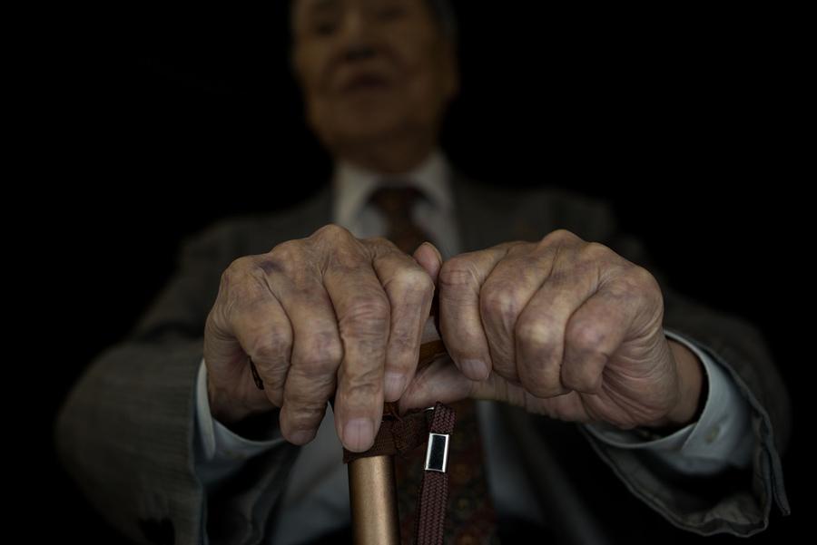 Руки Сунао Цубои (Sunao Tsuboi), пережившего атомную бомбардировку Хиросимы и является антиядерным и антивоенным активистом, 26 мая 2016 года. Цубои шел в университет, когда взорвалась бомба над Хиросимой, во вспышке ослепительного света и сильного жара, 6 августа 1945 года.