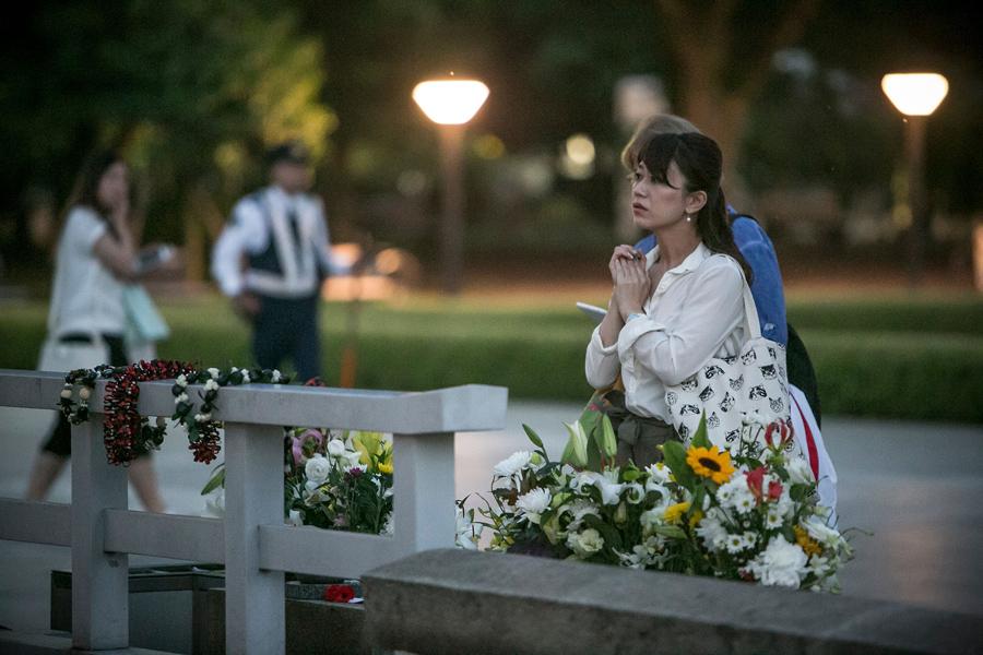 Женщина чтит память погибшим в мемориальном парке, 26 мая 2016 года в Хиросиме.