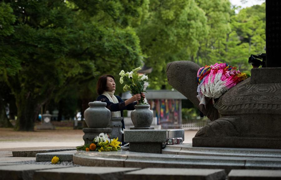 Женщина ставит цветы на памятник в память корейских жертв атомной бомбы в мемориальном парке Хиросимы, 26 мая 2016 года.
