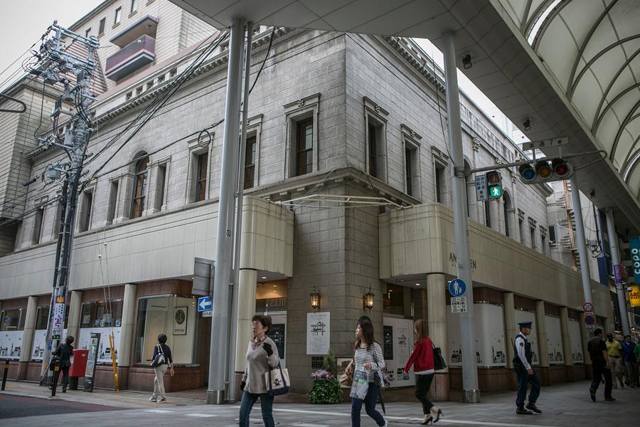 Хлебный магазин, в здании которого раньше был банк, 26 мая 2016 года, Хиросима.