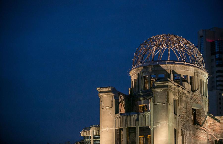 Разрушенный купол ночью освещается, 26 мая 2016 года.