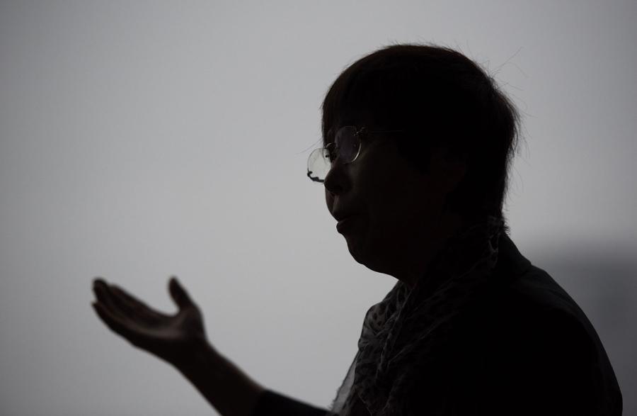 Кэйко Огура (Keiko Ogura), 78 лет, переживший атомную бомбардировку Хиросимы в 1945 году, позирует у Мемориального Парка в Хиросиме, 25 мая 2016 года. Огура посвятила свою жизнь сохранению памяти о тех ужасных моментах, делясь своим опытом с посетителями парка.