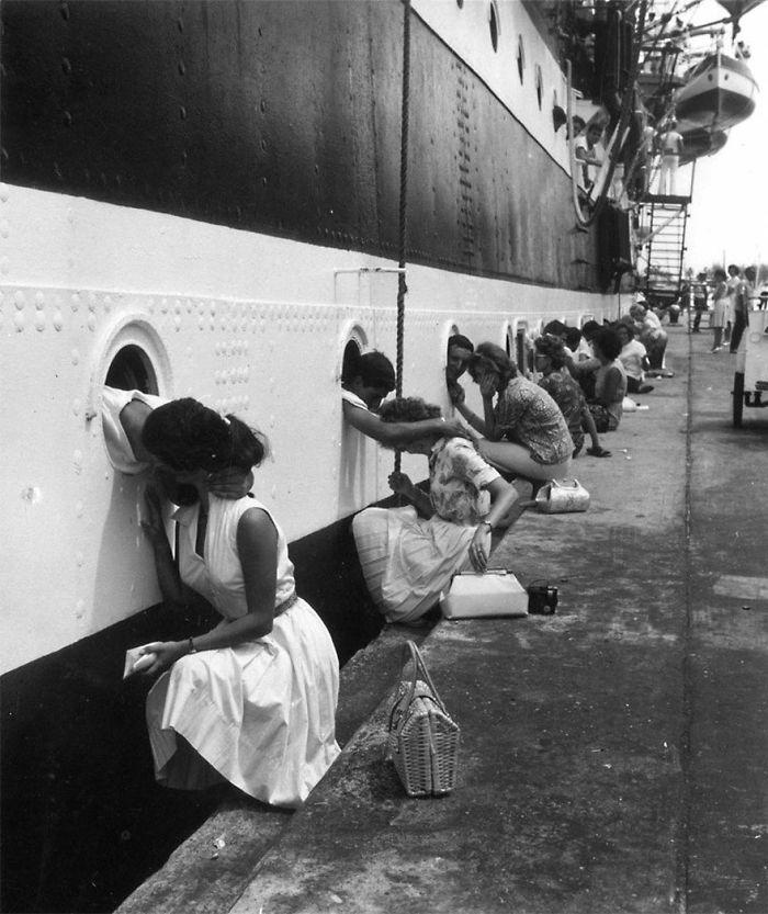 Американские солдаты, прощаются с любимыми на корабле перед выездом в Египет, 1963 год