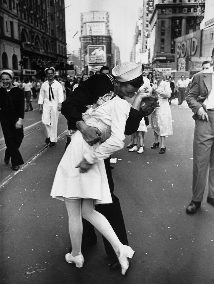 Моряк целует медсестру в Нью-Йорке на площади. Этот легендарный образ символизирует окончание Второй Мировой Войны, 1945 год
