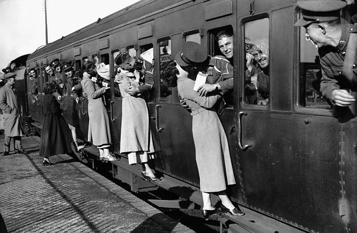 Солдаты, отправляющимся в Египет высовываются из окон поезда, что бы поцеловать любимых на прощание 1935