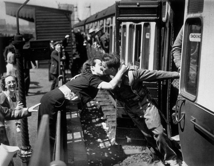 Девушка наклоняется за перила, чтобы поцеловать британского солдата, Вторая Мировая Война, Лондон, 1940