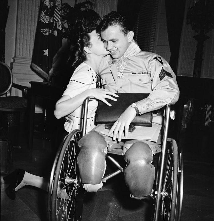 Жан Мур становится на колени и целует своего жениха, ветерана Второй Мировой Войны Ральфа Неппеля, 1945 год