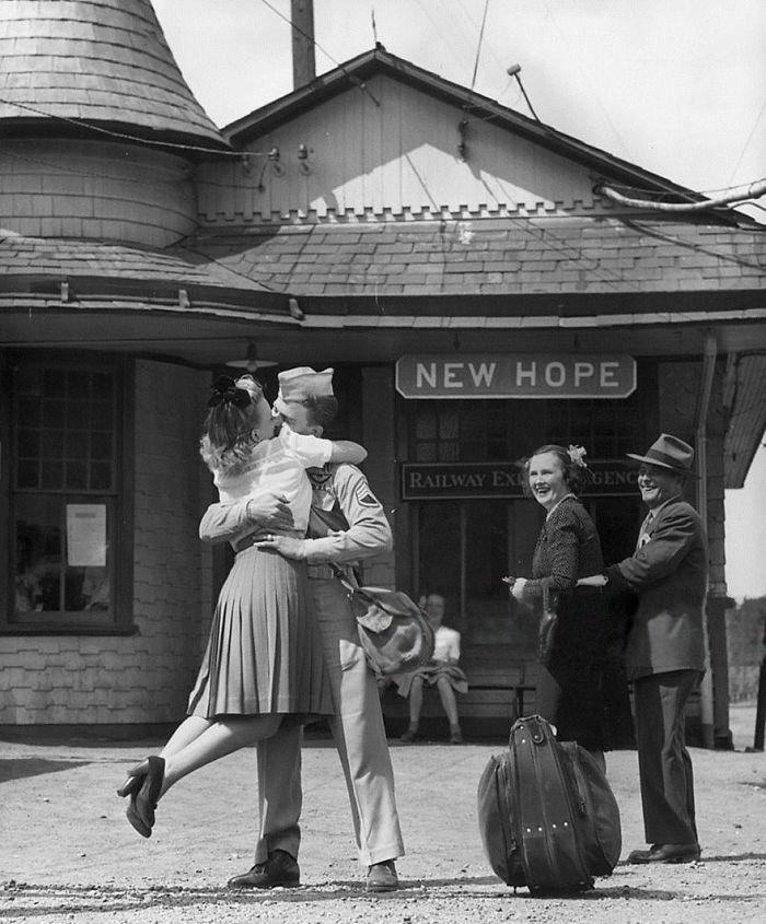 Солдат поднимая целует любимую, Коннектикут, 1945