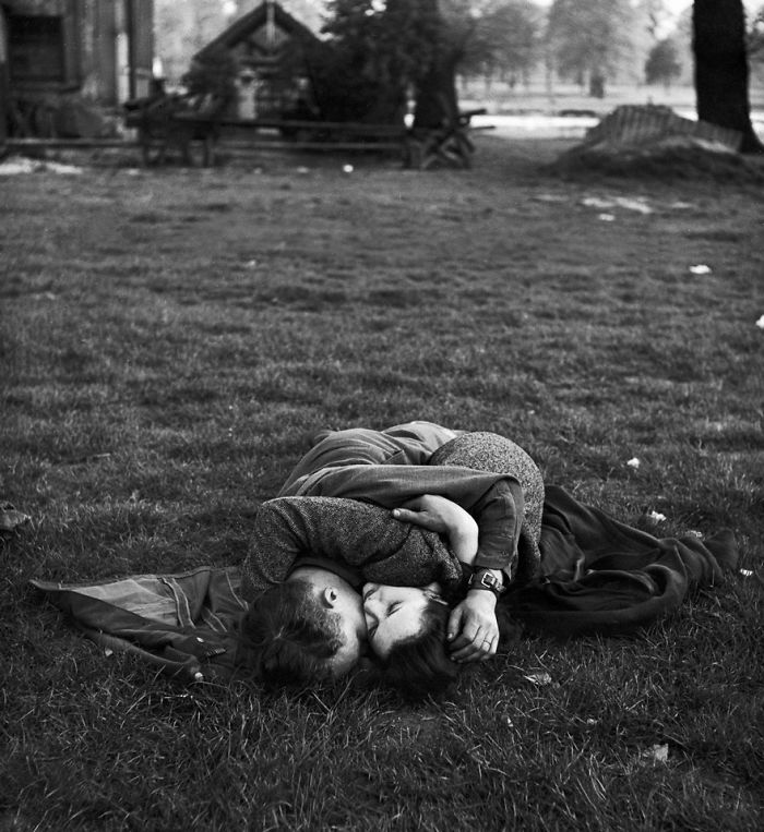Американский солдат целует свою подругу в Гайд-Парке, 1945
