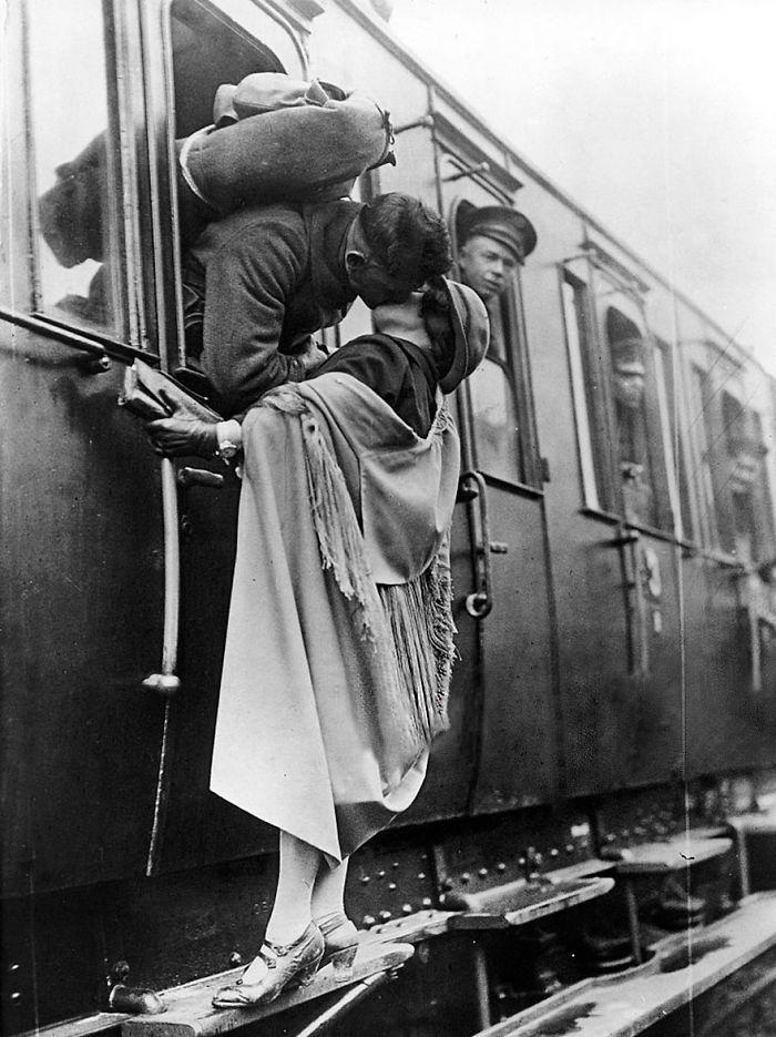 Солдат нежно целует свою девушку на прощание перед отъездом на практику, 1922