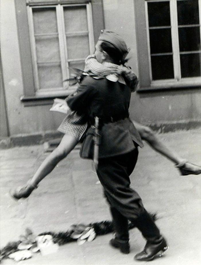 Солдат возвращается домой после войны, сороковые годы
