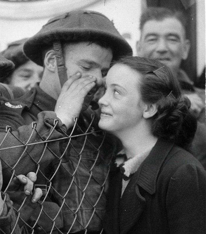 Британский солдат что-то шепчет в ухо своей девушке, 1939 год