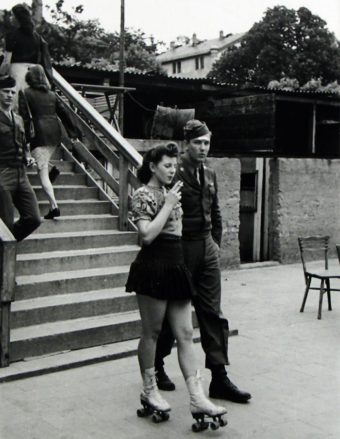 Девушка на роликах и ее солдат, сороковые годы