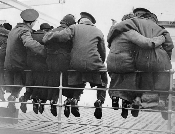 Английские солдаты обнимают на прощание своих жен, 1937 год