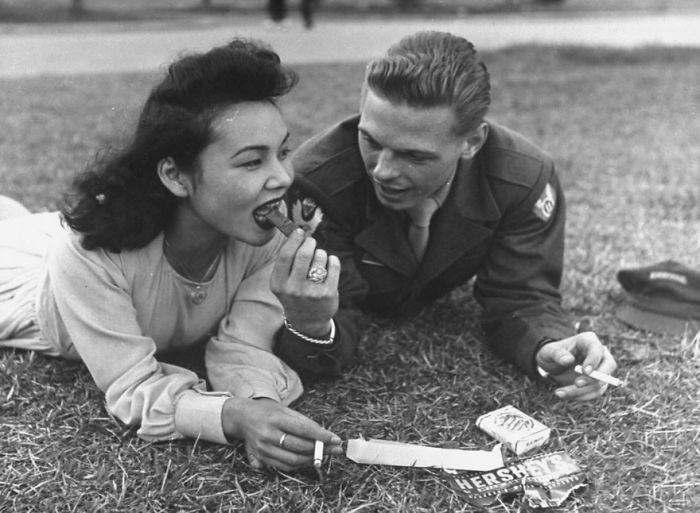 Американский солдат делиться шоколадкой со своей женой, сороковые годы