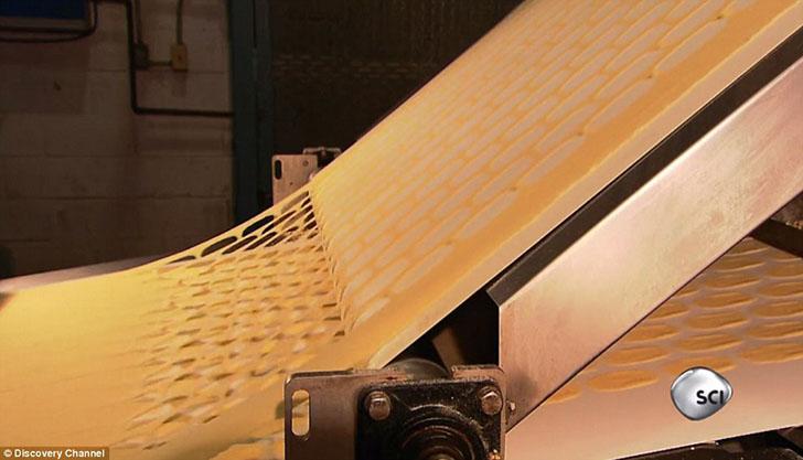 При движении по конвейеру будущие чипсы оказываются на ленте внизу, а излишки удаляются, чтобы позже переработать на новую партию чипсов.