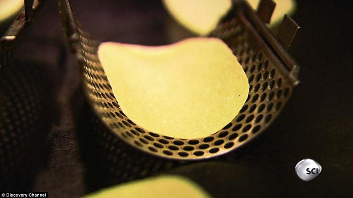 После того как чипсы приобрели форму их обжаривают 11 секунд.
