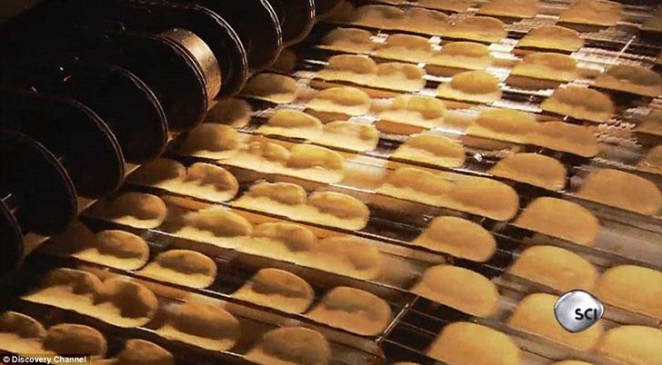 Далее чипсы попадают конвейер для придания того или иного вкуса.