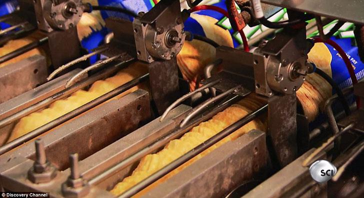 Станок с линией чипсов взвешивает их и определяет сколько штучек должно быть в каждой цилиндрической банке.