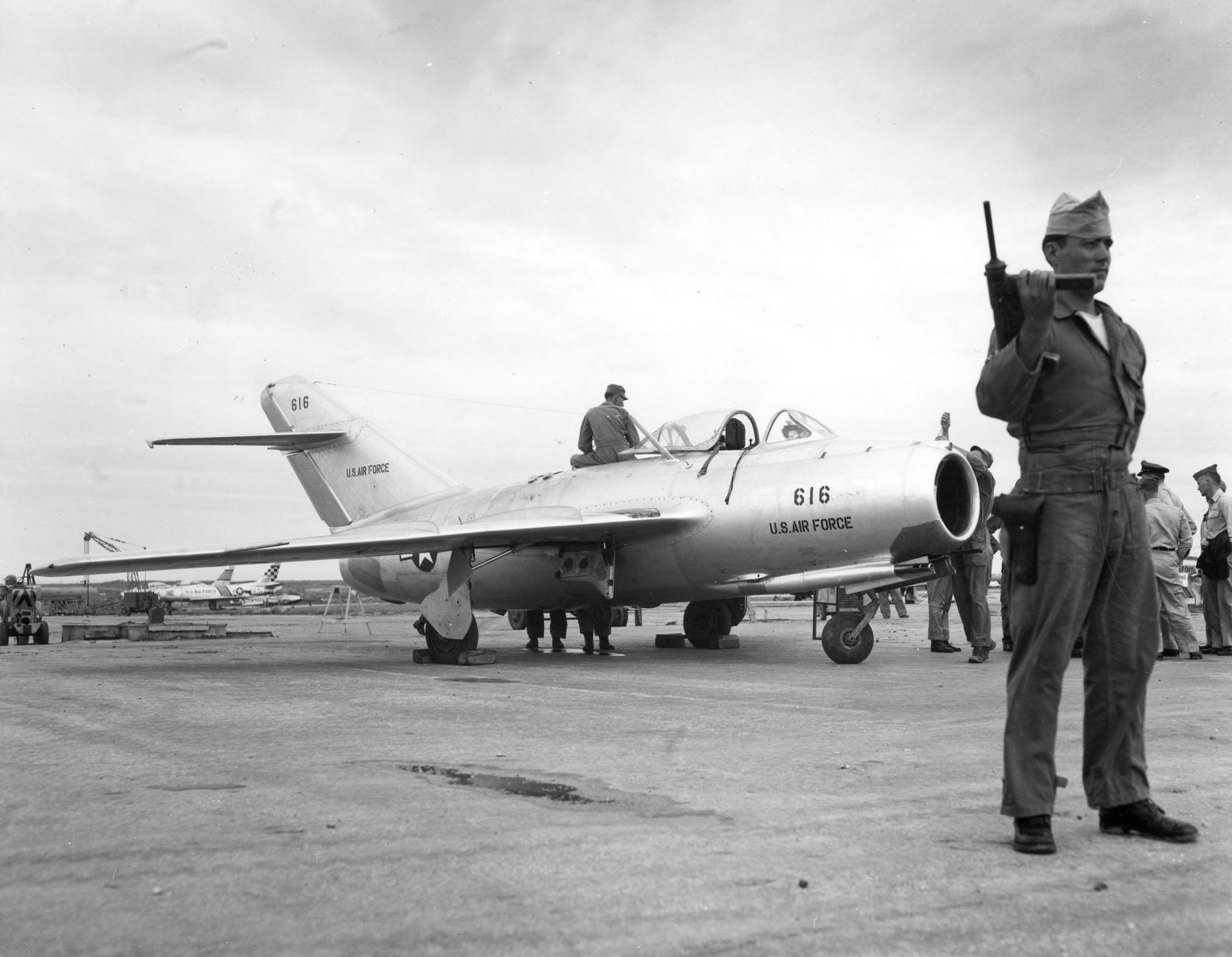 Угнанный из Северной Кореи МиГ-15 Бис, под охраной в ожидании летных испытаний на Окинаве, 1953 год