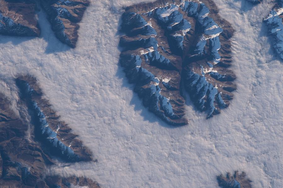 Тучи окружают горы в Патагонии.