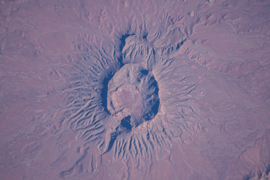 Большой потухший вулкан горы Brukkaros, Намибия.