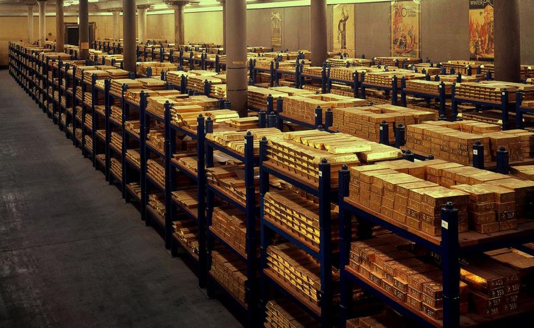 Моряки действительно носили золотые серьги. Таким образом они страховали свое посмертное существование: продав серьгу, друзья могли достойно похоронить матрос.