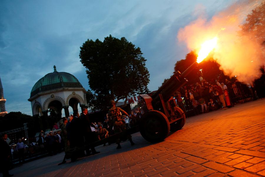 Пушка выстреливает торжественный выстрел для начала ифтара, вечернего приема пищи для разговение. В первый день Священного месяца Рамадан, на площади Султанахмет в Стамбуле, Турция, 6 июня 2016 года.