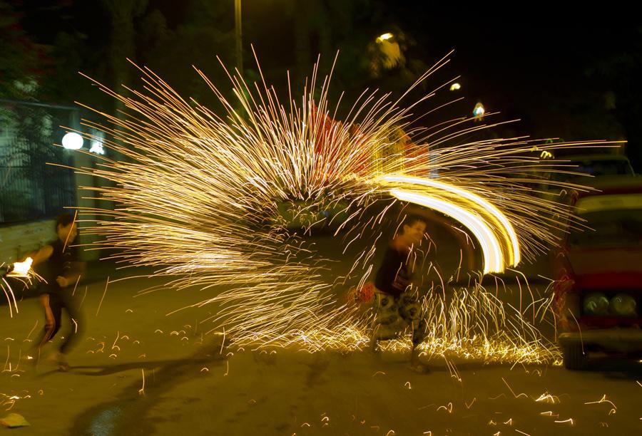 7 июня 2016 года, египтяне играют с фейерверками и празднуют священный месяц Рамадан в Каире, Египет.