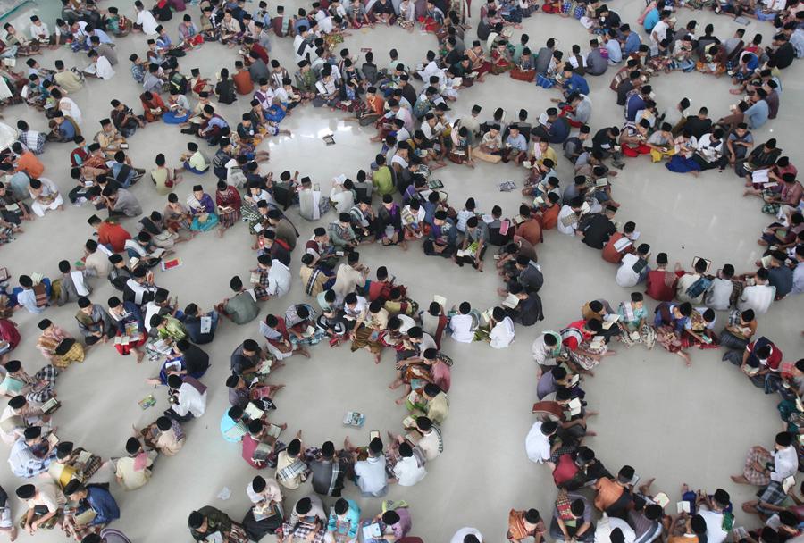 Студенты сидят в кругу во время Корана в первый день Рамадана. Исламская школа-интернат в Медане, Северная Суматра, Индонезия, 6 июня 2016 года.
