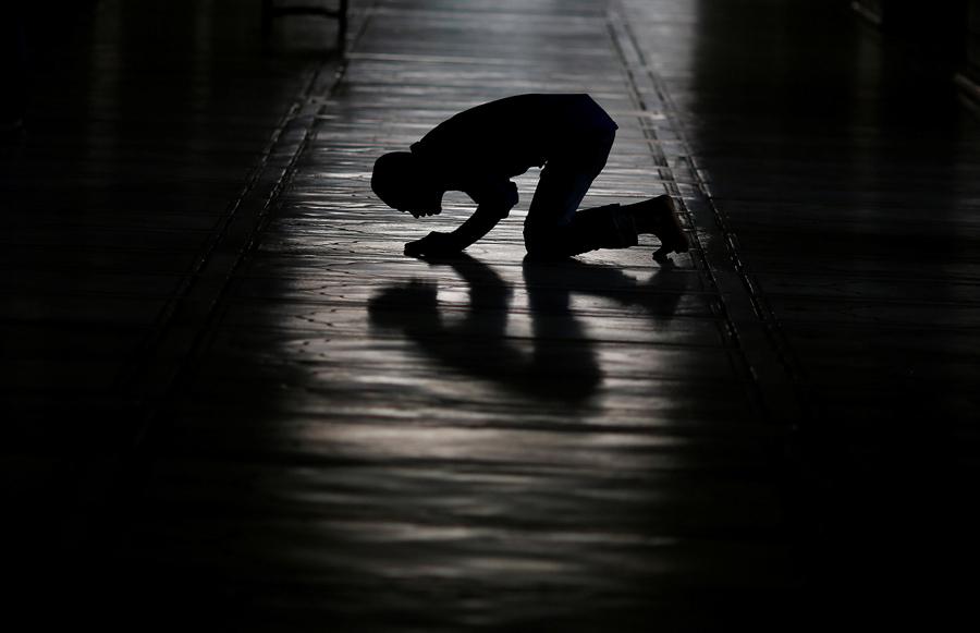 Мусульманин молится перед ифтаром в первый день Рамадана в Индии, Джама Масджид, мечеть в старых кварталах Дели, Индия, 7 июля 2016 года.