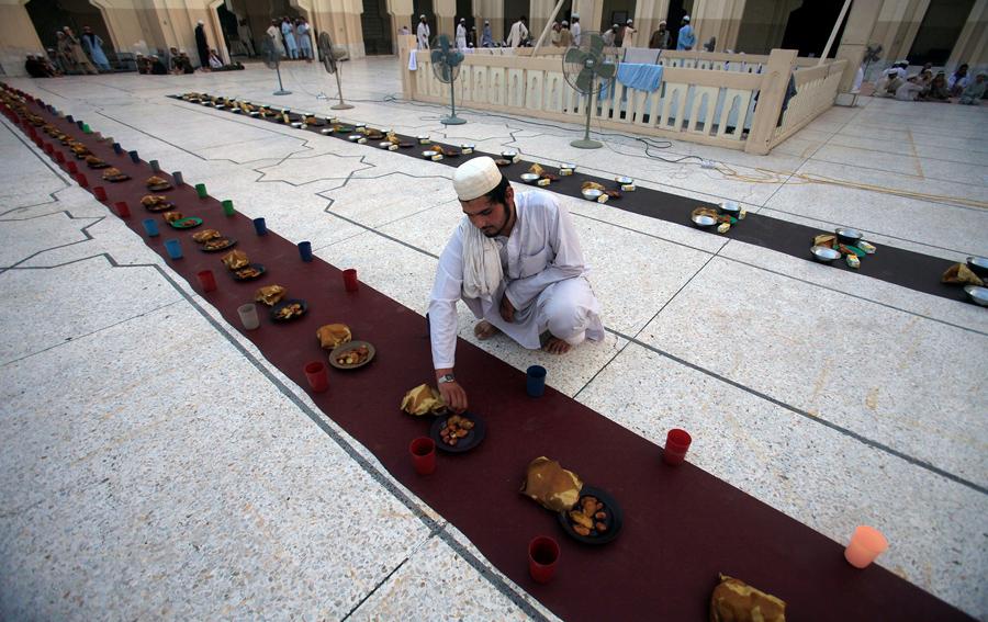 Постная еда в первый день Рамадана в мечети Пешавар, Пакистан, 7 июня 2016 года.