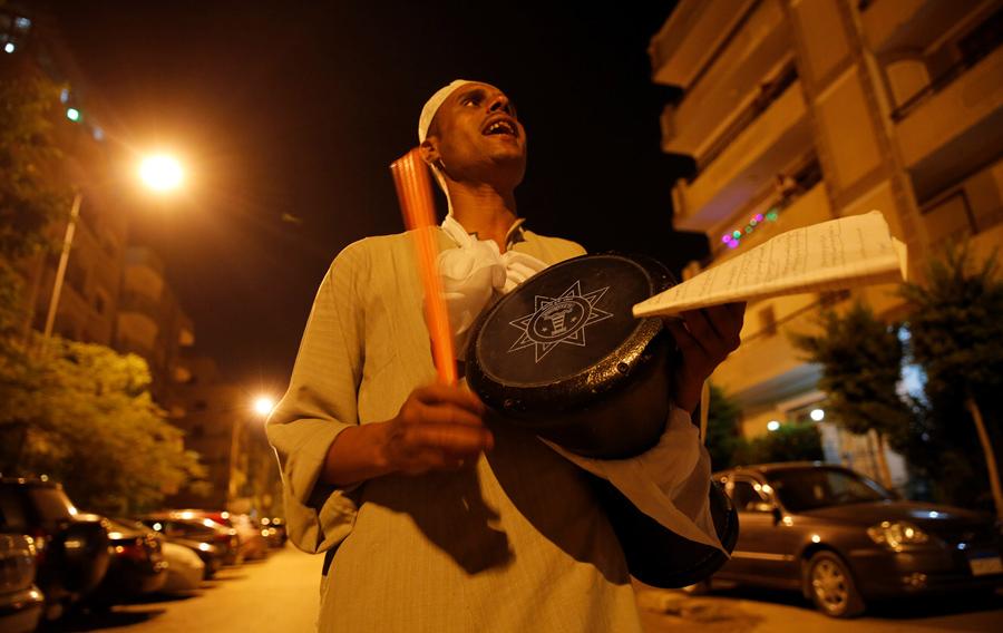 Мужчина будет жителей для предрассветной трапезы в первый день Рамадана в Каире, Египет, 6 июня 2016 года.