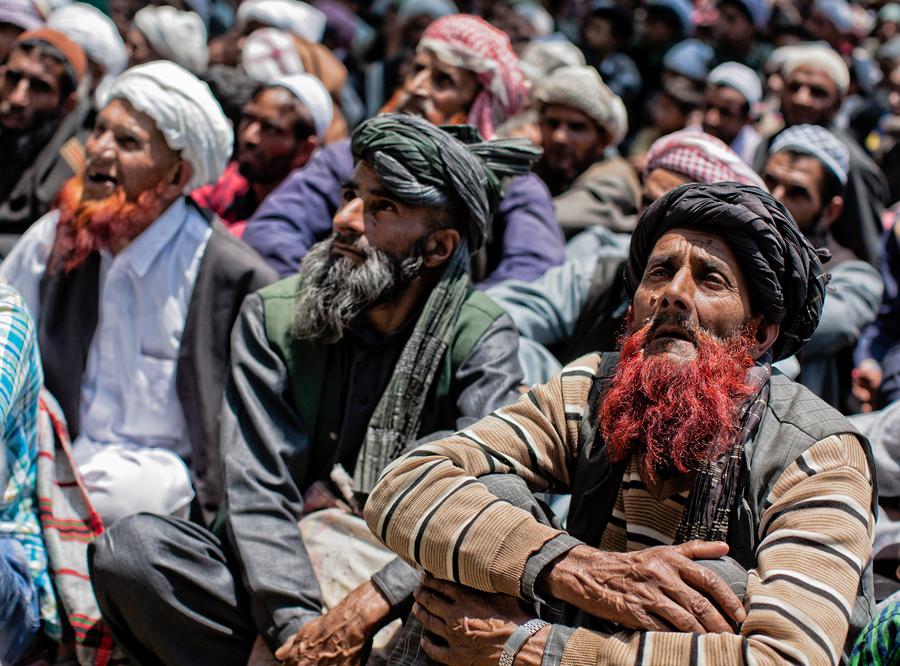 Кашмирские кочевые мусульмане преданно слушают проповеди мусульманского священнослужителя. Они собрались в лесном храме Миян, 7 июня 2016, около 44 километров к северо-востоку от Сринагара, летней столицы Индийского Кашмира, Индия.