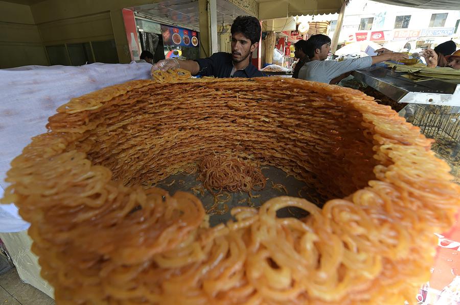 Пакистанские пекари готовят еду ифтар для мусульман на рынке в Исламабаде, 7 июня 2016 года.